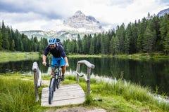 Widok cyklisty jeździecki rower górski na śladzie w dolomitach, Tre C fotografia royalty free
