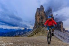 Widok cyklisty jeździecki rower górski na śladzie w dolomitach, Tre C obraz stock
