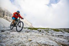 Widok cyklisty jeździecki rower górski na śladzie w dolomitach, Tre C fotografia stock