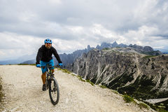 Widok cyklisty jeździecki rower górski na śladzie w dolomitach, Tre C zdjęcia stock