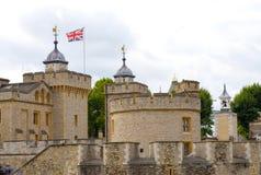 Widok części wierza London z Union Jack od ląduje stronę przy chmurnym dniem Fotografia Royalty Free
