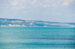 Widok Czarny Denny brzeg, zieleni wzgórza, błękit chmurnieje niebo Miasta Balchik wybrzeże, błękit jasna woda morska Obrazy Stock