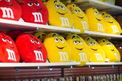Widok Czerwone i Żółte MM poduszki w MM sklepie lokalizować w times square, NYC, NY na Czerwu 18, 2016 Zdjęcia Royalty Free