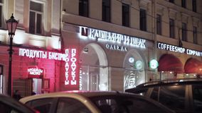 Widok czerwoni i biali signboards sklepy w nocy ulicie zbiory wideo