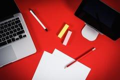 Widok czerwony biurko z komputerem Zdjęcia Royalty Free