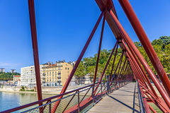 Widok czerwony footbridge w Lion z Saone rzeką, Francja Obrazy Stock