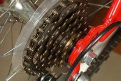 Widok czerwony rowerowy koło, zbliża wewnątrz na tylnych derailleur trybach zdjęcia stock