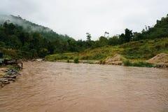 Widok dżungla i Halna rzeka w Malezja lesie tropikalnym z Chmurnym Burzowym niebem szczytów i Małej Bujny dżungli Zielona roślinn obraz royalty free