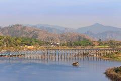 Widok długi stary drewniany most na songkhalia rzece przy sangklaburi, kanchanaburi, Thailand Fotografia Stock