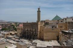 Widok dachy średniowieczny fez Medina i meczetu al fotografia royalty free