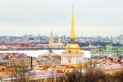 Widok dachy i iglicy w zimy mieście zdjęcie royalty free