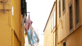 Widok dachy na alei na lewicie balkon z pralnią zdjęcie wideo