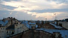 Widok dachy starzy domy w mieście Ostro ruszać się kamerę piękny zachód słońca chmury zbiory