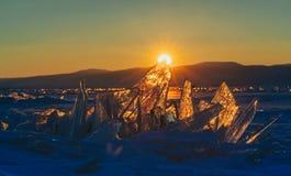 Widok dalej i throug lód podczas zmierzchu na Jeziornym Baikal 40 stopni więcej oszronieją Rosji okropne Siberia niż fotografia royalty free