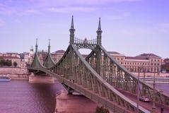 Danube rzeka z swoboda mostem, czerwonego koloru brzmienie Zdjęcia Stock