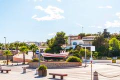 Widok deptak w nadmorski miasteczku po środku, Fotografia Stock