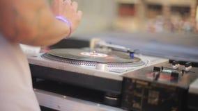 Widok DJ przędzalnictwo przy turntable na na wolnym powietrzu festiwalu drzewo pola konsola muzyka festiwale zdjęcie wideo