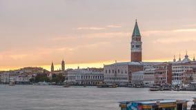 Widok doży ` s pałac i dzwonnica St Mark ` s katedra przy zmierzchu timelapse włochy Wenecji zbiory wideo