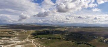 Widok dolina od góry AK-Kaya bielu skały w Crimea Strzelająca panorama obrazy royalty free