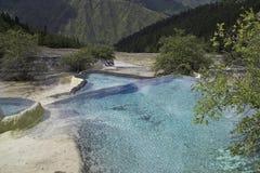 Widok dolina z tavertine bankami i błękitnymi kalcytów basenami obrazy stock
