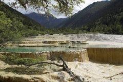 Widok dolina z trawertynów bankami i jasnego błękita stawami zdjęcie stock