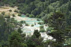 Widok dolina z trawertynów bankami i kolorowymi stawami zdjęcia royalty free