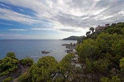 Widok dom na wybrzeżu Costa Brava przy zmierzchem Zdjęcia Royalty Free