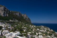 Widok domy otacza głównego schronienie Capri zdjęcia stock