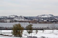 Widok Donetsk «góry - kopalnia węgla odpady rozsypiska zakrywający z śniegiem zdjęcia stock
