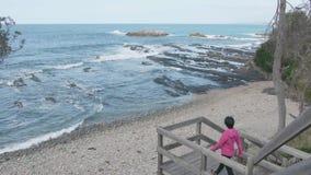 Widok drewniana platforma blisko morza zbiory wideo