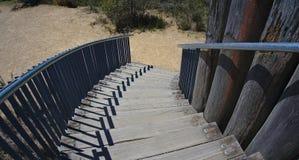 Widok drewniani schodki iść w dół zdjęcie royalty free