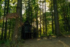 Widok drewniany alpinisty dom w lesie na Medvednica górze blisko Zagreb w Chorwacja lub stróżówka, Europa zdjęcia stock