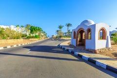 Widok droga i drzewka palmowe blisko hoteli/lów Zdjęcia Royalty Free