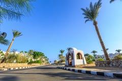 Widok droga i drzewka palmowe blisko hoteli/lów Obrazy Stock