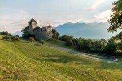 Widok droga prowadzi Vaduz kasztel w Liechtenstein zdjęcia stock