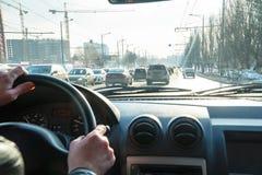 Widok droga w mieście przez przedniej szyby samochód zdjęcia royalty free