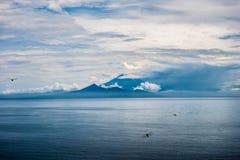 Widok duży wulkan na Bali, Agung od Gil Travangan - Obraz Royalty Free