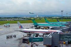 Widok Dublin lotniskowy fartuch z 5 samolotami przygotowywającymi dla odjazdu, od pasażerskiego terminal zdjęcia stock