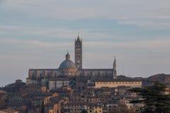 Widok Duomo di Siena z starym miasteczkiem od północy tuscany Włochy zdjęcia stock