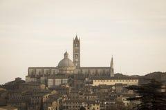 Widok Duomo di Siena z starym miasteczkiem od północy tuscany Włochy Stary biegunowy skutek fotografia royalty free