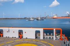 Widok dwa holownika, silniki wiatrowi i stalowa fabryka od d, zdjęcie royalty free
