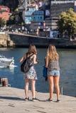 Widok dwa młodej dziewczyny patrzeje Douro rzekę zdjęcie royalty free