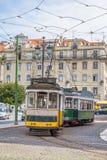 Widok dwa starego tramwaju w turystycznym w centrum Lisbon, Portugalia Zdjęcie Royalty Free