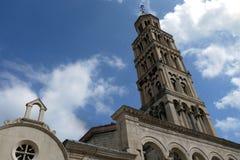 Widok Dzwonkowy wierza od Diocletian& x27; s pałac w Split& x27; s stary miasteczko, Chorwacja Fotografia Stock