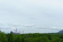 widok elektrownia w dżungli z niebieskim niebem i chmurą zdjęcia stock
