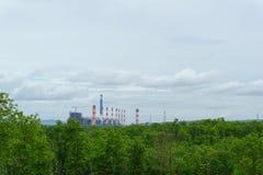 widok elektrownia w dżungli z niebieskim niebem i chmurą obrazy royalty free