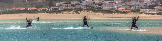 Widok fachowej sportsmenki ćwiczy ekstremum bawi się Kiteboarding przy Obidos laguną, Foz robi Arelho, Portugalia obrazy royalty free