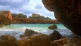 Widok fala, skały i kamienie, zdjęcie wideo