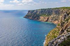 Widok falezy blisko Mola latarni morskiej, Formentera, Hiszpania Zdjęcia Stock