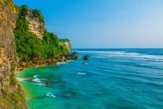 Widok falezy i morze w Bali Indonezja Uluwatu, Pantai Suluban zdjęcie stock